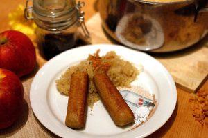 Vegane Bratwürste mit Sauerkraut