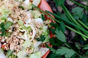 Pikanter Couscous-Eisbergsalat (vegan Grillen)