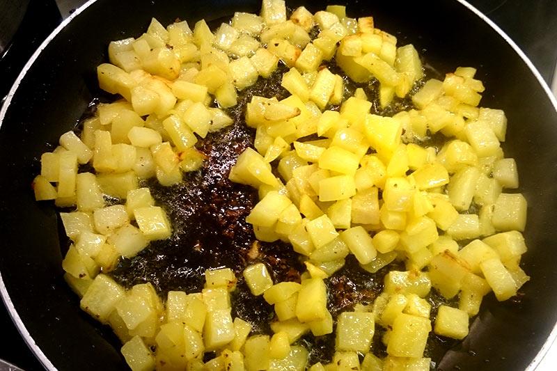Für das Kartoffelpfännchen habe ich die Kartoffeln vorher etwas in der Pfanne mit Öl und etwas Salz frittiert. Damit sind die Kartoffeln nicht nur schneller fertig, sondern bekommen auch noch ein paar Röstaromen ab.