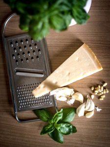 Für ein traditionelles grünes Basilikum-Pesto alla genovese braucht es nicht sehr viele Zutaten