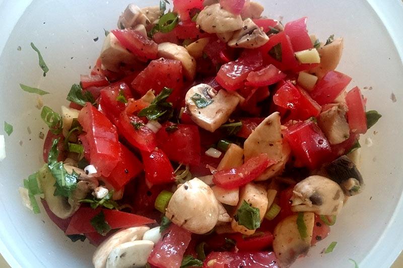 Für das Pilz-Tomaten-Pfännchen habe ich das Innere der Tomaten entfernt und alles klein geschnitten einfach in einer Schüssel vermengt.