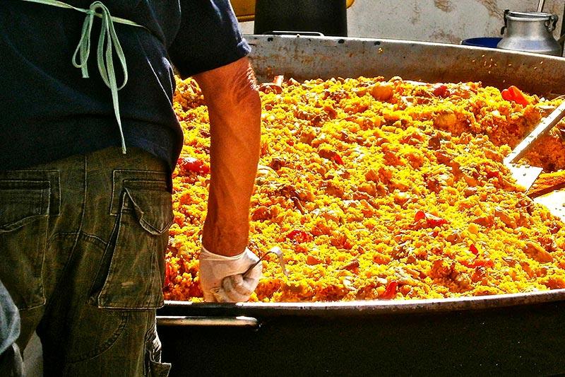 Paella wird in Spanien zum Teil in riesigen Pfannen gekocht.