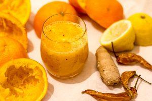 Gesundheitstrunk ausgepresste Orangen Zitrone Ingwer Chili