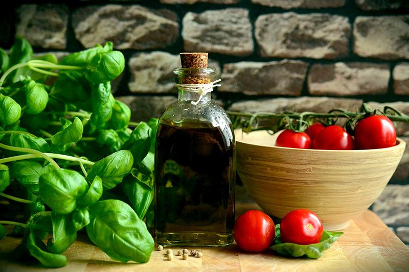 Basilikum italienische Küche Olivenöl Tomaten