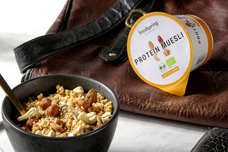 foodspring Protein Müsli unterwegs