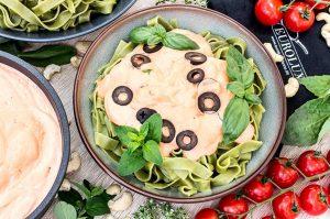 Grüne Nudeln mit Tomaten Cashew Sauce
