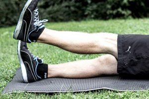Beinheben einbeinig gestreckt – Knieschonendes Oberschenkeltraining ohne Geräte